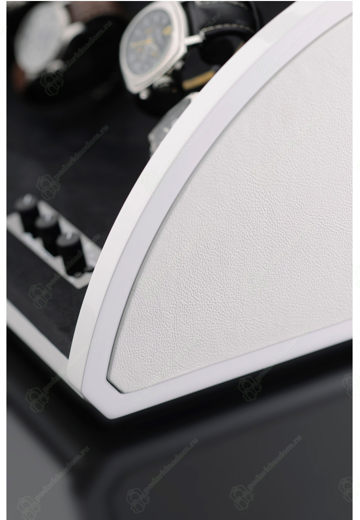 1038251 Шкатулка для 4 часов. Белая полированная отделана натуральной кожей. Обеспечивает все типы подзавода: по часовой стрелке, против часовой стрелки и переменное вращение. Держатели часов не повреждают часовые ремешки.